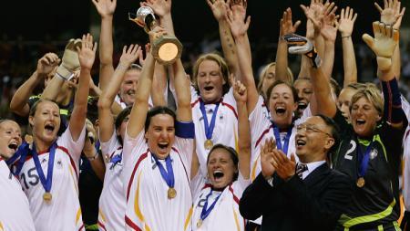 Selebrasi Timnas Wanita Jerman saat menjuarai Piala Dunia Wanita, 30 September 2007. - INDOSPORT
