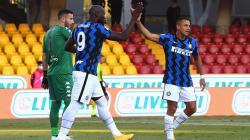Romelu Lukaku dan Alexis Sanchez merayakan golnya.