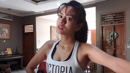 Aktris, presenter, sekaligus model Indonesia, Yeyen Lidya, tampak semakin lihai melakukan olahraga belly dance bersama teman-temannya. - INDOSPORT