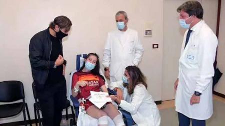 Legenda hidup AS Roma, Francesco Totti mengunjungi seorang wanita bernama Ilenia Matilli, yang akhirnya sadarkan diri setelah koma kurang lebih 11 bulan. - INDOSPORT