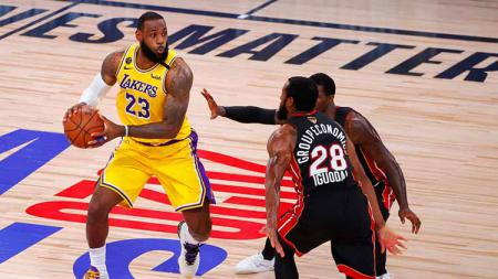 LeBron James membuat fans LA Lakers ketar-ketir karena merasa kesakitan di akhir kuarter empat dalam game 4 final NBA melawan Miami Heat, Rabu (07/10/20) pagi WIB. - INDOSPORT
