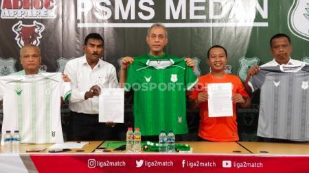 Almarhum dr Mahyono (kiri) saat PSMS Medan memperkenalkan apparel jersey mereka musim 2020 pada awal tahun ini. - INDOSPORT