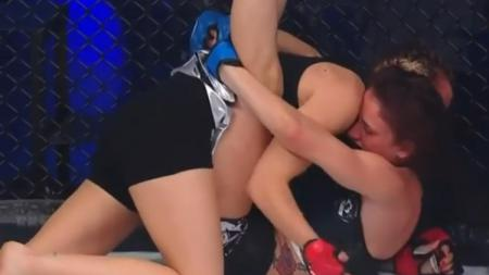 Petarung MMA asal Slovakia, Monika Tochlikova berhasil mengalahkan Jade Jorand. - INDOSPORT