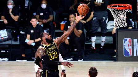 LeBron James dari LA Lakers menembak bola saat kuarter kedua melawan Miami Heat di Game Dua dari Final NBA 2020 di AdventHealth Arena.