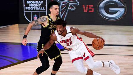 Jimmy Butler mencoba melewati hadangan Danny Green dalam game kedua final NBA 2019/20.