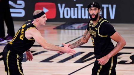 Alex Carusa menepuk tangan Anthony Davis yang berhasil menambah poin keunggulan LA Lakers atas Miami Heat di game kedua final NBA 2019/20.