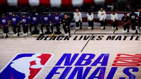 Seluruh pemain dan official tim melakukan aksi menolak rasisme sebelum memulai pertandingan game kedua final NBA 2019/20, antara LA Lakers vs Miami Heat.