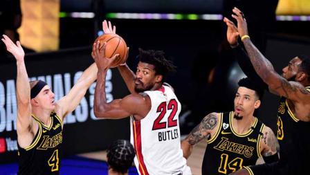 Jimmy Butler terlihat kesulitan menembus pertahanan ketat para pemain LA Lakers di game kedua final NBA 2019/20.