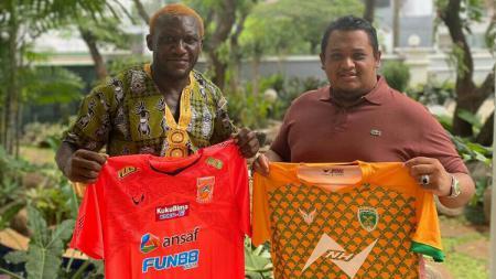 Striker Bhayangkara FC, Herman Dzumafo, mendirikan klub Pekanbaru United dan menjalin kerja sama dengan Presiden Borneo FC, Nabil Husein. - INDOSPORT