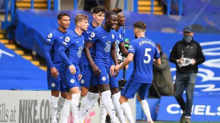 Selebrasi Kurt Zouma merayakan bersama rekan setimnya usai mencetak gol pertama untuk timnya pertandingan Liga Premier antara Chelsea vs Crystal Palace, Sabtu (03/10/2020). - INDOSPORT