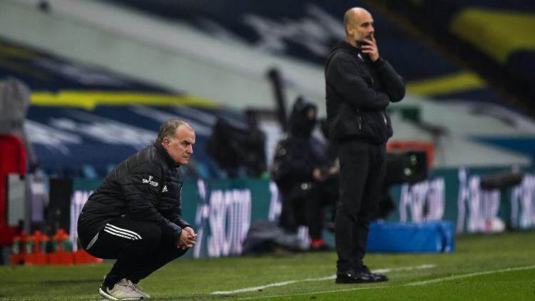 Marcelo Bielsa dan Pep Guardiola di laga Leeds United vs Manchester City Copyright: Robbie Jay Barratt - AMA/Getty Images