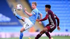 Indosport - Kevin De Bruyne dari Manchester City mendapat tekanan oleh James Justin dari Leicester City selama pertandingan Liga Premier antara Manchester City dan Leicester City