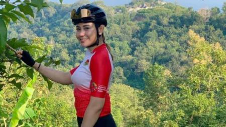 Mengenal lebih dekat atlet balap sepeda berprestasi Indonesia, Yanthi Fuchianty, dengan sederet foto cantiknya. - INDOSPORT