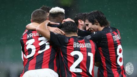 Kans juara Serie A Liga Italia masih ada meski ditahan AS Roma, AC Milan sukses pecahkan rekor berusia 61 tahun. - INDOSPORT