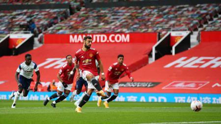 Proses gol Bruno Fernandes pertama timnya dari titik penalti pada laga Liga Premier antara Manchester United vs Tottenham Hotspur, Minggu (04/10/20). - INDOSPORT