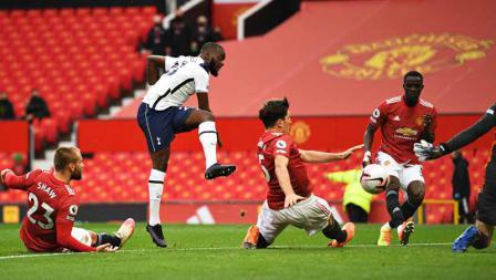 Tanguy Ndombele mencetak gol pertama timnya dengan tendangan keras pada laga Liga Inggris antara Manchester United vs Tottenham Hotspur, Minggu (04/10/20).