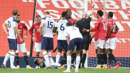 Wasit Anthony Taylor menunjukkan kartu merah kepada Anthony Martial setelah melakukan pelanggaran terhadap Erik Lamela pada laga Liga Inggris antara Manchester United vs Tottenham Hotspur, Minggu (04/10/20).