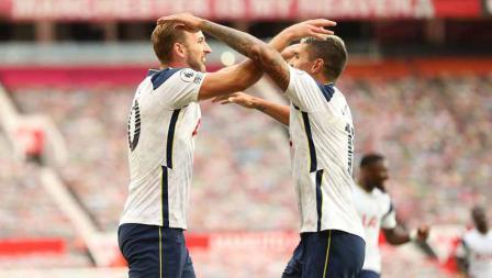 Harry Kane selebrasi bersama Erik Lamela setelah mencetak gol ke-3 timnya pada laga Liga Inggris antara Manchester United vs Tottenham Hotspur, Minggu (04/10/20).