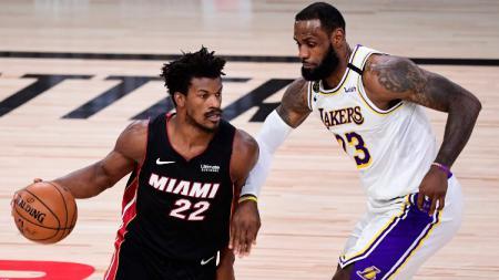 Sebuah aksi mengejutkan nampak dilakukan Jimmy Butler saat Miami Heat mengalahkan LA Lakers di game ketiga Final NBA 2019/20. - INDOSPORT