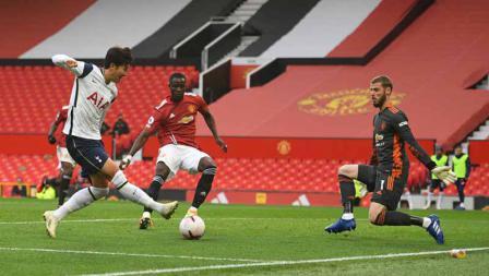 Son Heung-Min mencetak gol keempat timnya dengan melewati kiper David de Gea pada laga Liga Inggris antara Manchester United vs Tottenham Hotspur, Minggu (04/10/20).