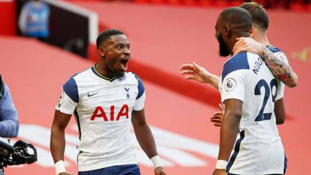Serge Aurier merayakan dengan rekan setimnya Tanguy Ndombele dan Pierre-Emile Hojbjerg setelah mencetak gol kelima, di laga Manchester United vs Tottenham Hotspur, Minggu (04/10/20).