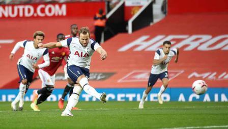 Harry Kane mencetak gol keenam timnya dari titik penalti pada laga Liga Inggris antara Manchester United vs Tottenham Hotspur, Minggu (04/10/20).