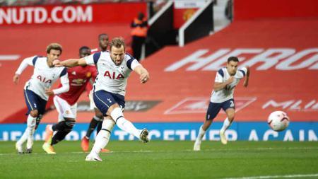 Harry Kane mencetak gol keenam timnya dari titik penalti pada laga Liga Premier antara Manchester United vs Tottenham Hotspur, Minggu (04/10/20). - INDOSPORT
