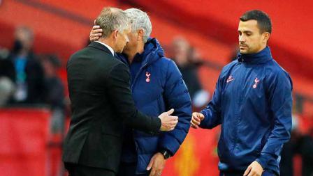Ole Gunnar Solskjaer dan Jose Mourinho berpelukan di akhir pertandingan pada laga Liga Inggris antara Manchester United vs Tottenham Hotspur, Minggu (04/10/20).