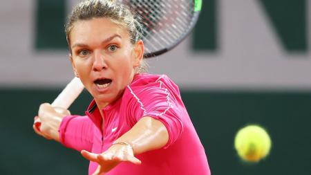 Simona Halep tersingkir di putaran keempat Prancis Terbuka (Roland Garros) 2020 dari Iga Swiatek. - INDOSPORT