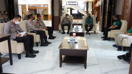 Azrul Ananda dan ofisial Persebaya bertemu dengan Kapolda Jawa Timur. - INDOSPORT