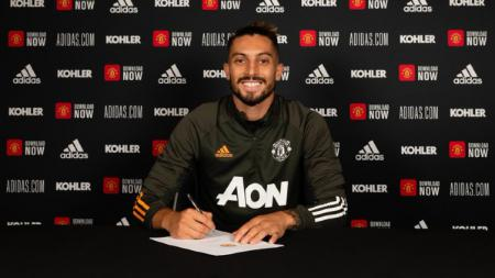 Manchester United perkenalkan pemain baru, Alex Telles - INDOSPORT