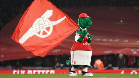 Mesut Ozil lakukan aksi mulia kepada Gunnersaurus, raksasa Liga Inggris, Arsenal malah berikan respons balasan. - INDOSPORT