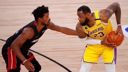Jimmy Butler dan LeBron James di game keempat final NBA antara Miami Heat vs LA Lakers, Rabu (07/10/20). - INDOSPORT
