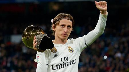 Luka Modric memamerkan Ballon d'Or yang ia raih - INDOSPORT