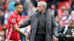 Indosport - Jose Mourinho dan Jesse Lingard saat masih membela Manchester United di 2017.