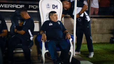 Diego Maradona harus melakukan isolasi mandiri setelah pengawalnya terpapar virus corona. - INDOSPORT