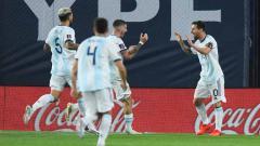 Indosport - Selebrasi Lionel Messi merayakan bersama rekan satu tim setelah mencetak gol pada pertandingan antara Argentina dan Ekuador kualifikasi Piala Dunia FIFA 2022.