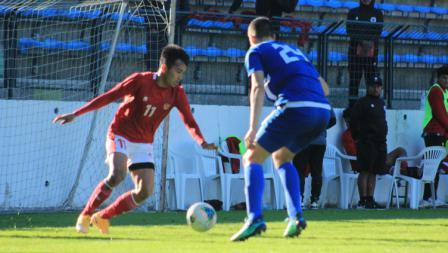 Witan Sulaeman mendapat hadangan serius dalam pertandingan Timnas Indonesia U-19 vs NK Dugopolje U-19, Kamis (08/10/20). Timnas U-19 menang 3-0.