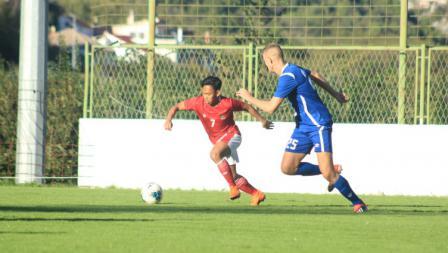 Pemain Timnas Indonesia U-19 sedang mengajak lari penggawa NK Dugopolje pada Kamis (08/10/20). Timnas U-19 menang 3-0.