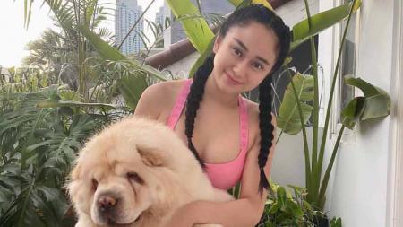 Denise Chariesta memilih berenang dengan dua anjing piaraannya daripada harus pusing memikirkan pandemi virus corona dan demo. - INDOSPORT