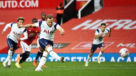 Harry Kane mencetak gol dari titik penalti pada laga Liga Premier antara Manchester United vs Tottenham Hotspur, Minggu (04/10/20). - INDOSPORT