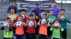 Indosport - Mantan kiper Persib, Rizky Bagja (tengah atas) saat melatih di RBP Goal Keeper Academy.