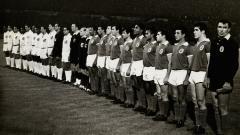 Indosport - Perjumpaan dua legenda berjulukan Mutiara Hitam, Pele dan Eusebio, 11 Oktober 1962.