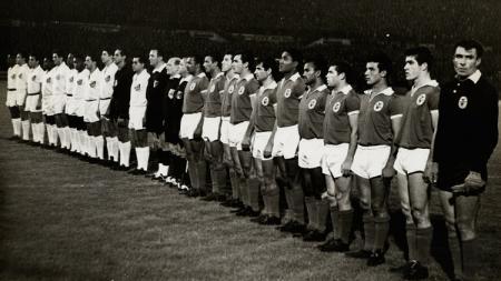 Perjumpaan dua legenda berjulukan Mutiara Hitam, Pele dan Eusebio, 11 Oktober 1962. - INDOSPORT