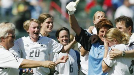 Selebrasi timnas Jerman wanita usai memastikan kemenangan atas Swedia di final Piala Dunia Wanita, 12 Oktober 2003. - INDOSPORT
