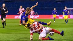 Indosport - Duel sengit pemain Kroasia dengan Swedia dalam lanjutan UEFA Nations League