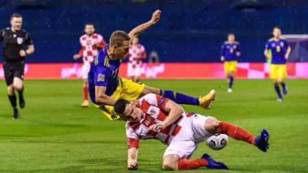Duel sengit pemain Kroasia dengan Swedia dalam lanjutan UEFA Nations League - INDOSPORT