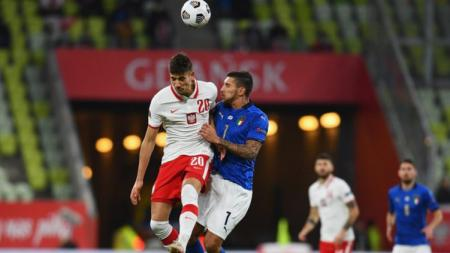 Duel sengit antara pemain Italia dengan Polandia di UEFA Nations League - INDOSPORT