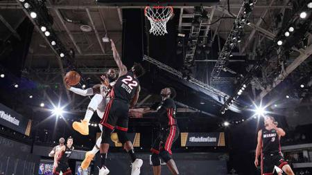 LeBron James berusaha memasukan bola ke ring di Game 6 Final NBA antara LA Lakers vs Miami Heat, Minggu (11/10/2020) di di AdventHealth Arena. - INDOSPORT