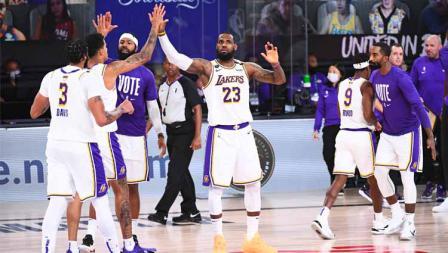 Tos Kyle Kuzma dan LeBron James di Game 6 Final NBA antara LA Lakers vs Miami Heat, Minggu (11/10/2020) di AdventHealth Arena.